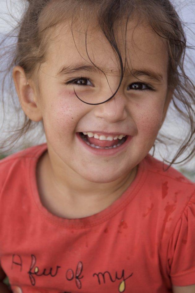 vrolijk meisje op platteland Tajikistan