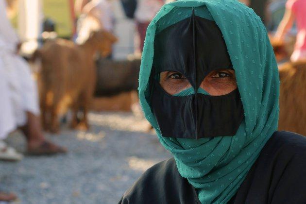 vrouw met snavelmasker, Nizwah