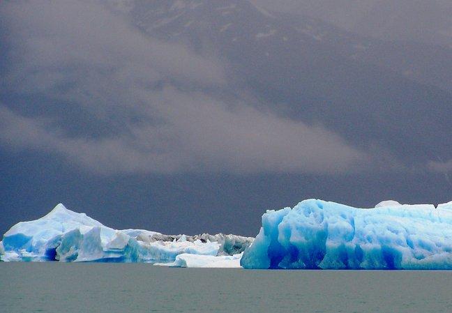 IJsbergen in het meer