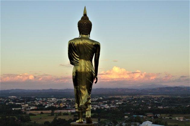 Boeddha uitkijkend over de stad.