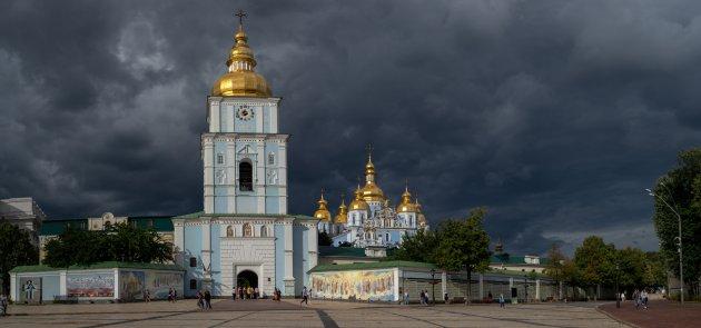 Wolken pakken zich samen boven het klooster