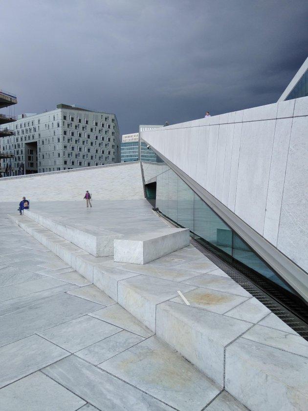 Contrast in Oslo, het witte Operahuis, met de zwarte lucht op de achtergrond