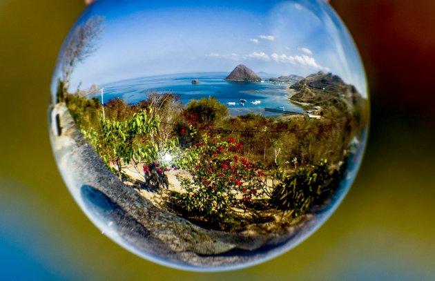 Nusa Tengara door een glazen bol