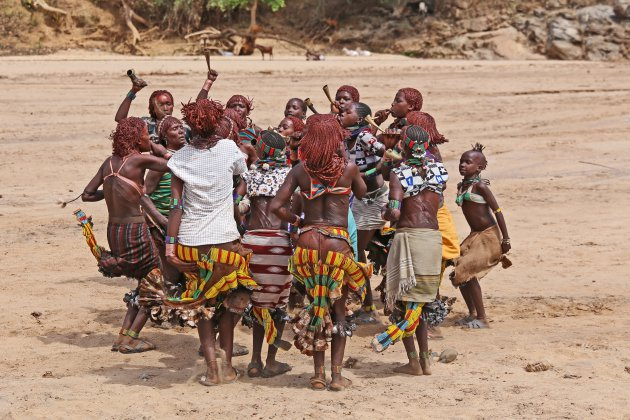 Vrouwelijke familieleden dansen  tijdens de Bull Jump ceremonie