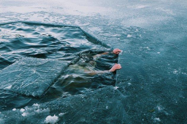 IJszwemmer Trygve neemt een ijskoud bad in Noorwegen