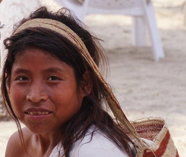 Arhuacos vrouw op het strand van Santa Marta