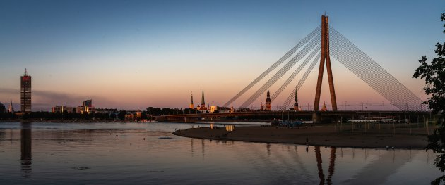 Riga als de avond valt