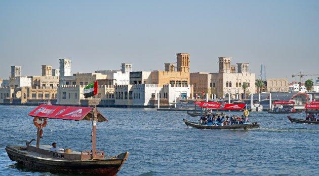 Heen en weer over Dubai Creek