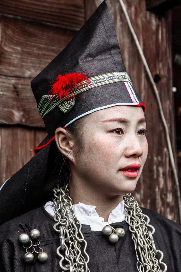 Mini-Skirt Miao vrouw met puntmutsje