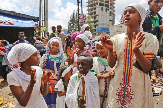 Vrolijk zingende kinderen op de markt in Addis Abeba