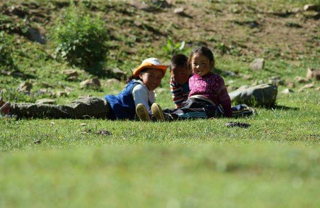 Vrolijke kinderen zonder gadgets.