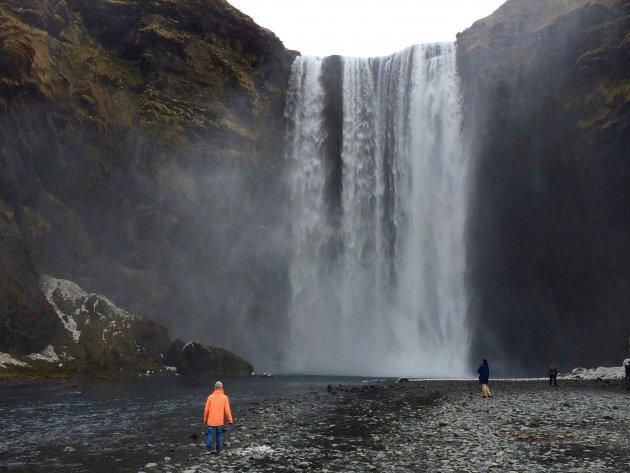 De imposante Skógafoss waterval