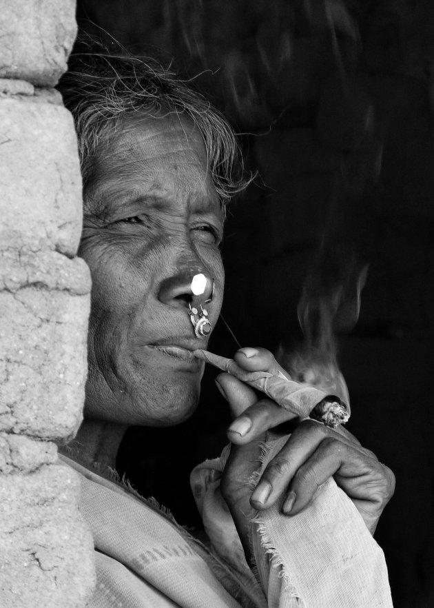 """genieten van een  """"sigaretje"""" in Orissa"""