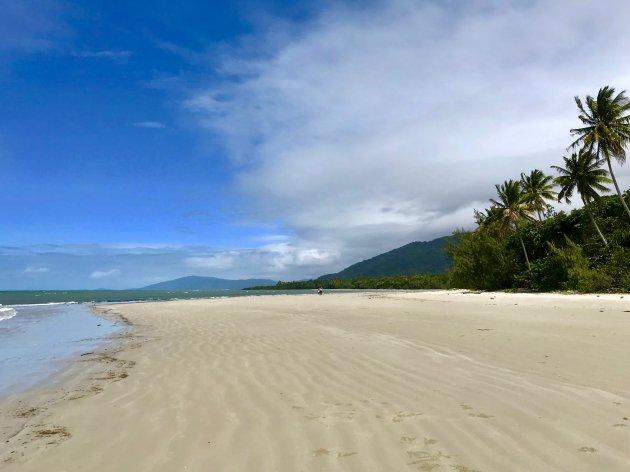 Het eindeloze strand van Cape Tribulation