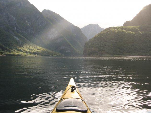 Fjorden in noorwegen vanaf het water