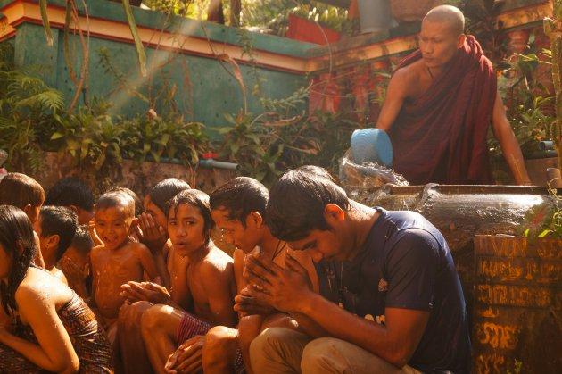 Zegening door monnik Siem Reap cambodja
