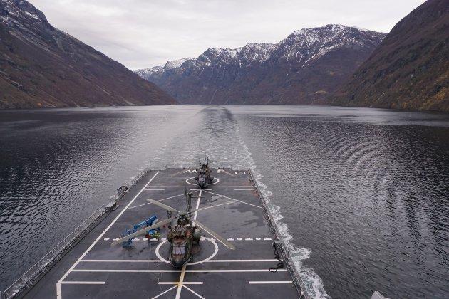 Met het werk door het Geirangerfjord varen.