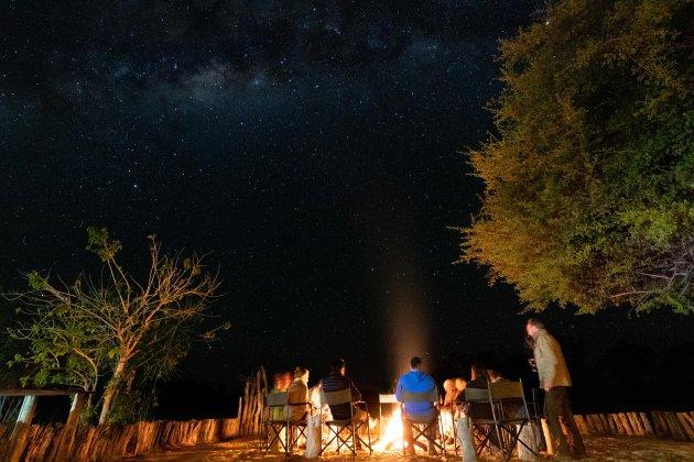 Wildlife spot verhalen delen bij het kampvuur in de bush
