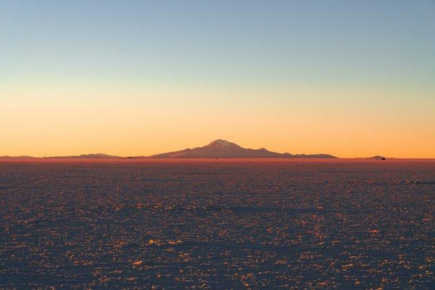 De kleuren van de zonsondergang op de zoutvlakte van Bolivia
