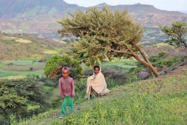 Mamma en zoontje genieten in een prachtige omgeving