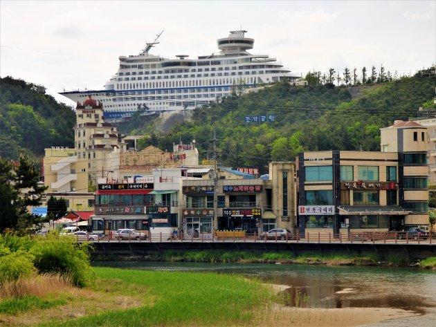 Cruiseschip op rotsen of een moderne ark van Noach?