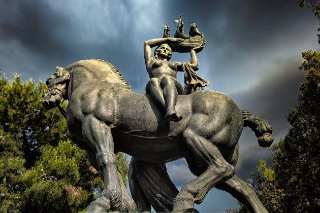 standbeeld van Barcelona van Frederic Mares geplaatst op Plaça de Catalunya