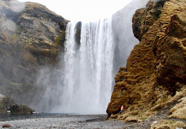 Klauteren bij de Skógafoss waterval