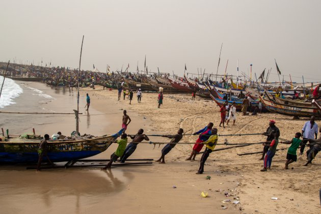 Met vereende kracht een vissersboot op de kant trekken in Jamestown