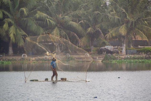 Flaneren over de 'boulevard' van Lomé de vissers aanschouwen
