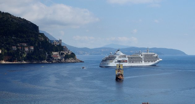 Cruise-schip en rondvaartboot