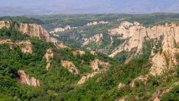 Wandeling door de kalksteenrotsen naar het kleinste stadje