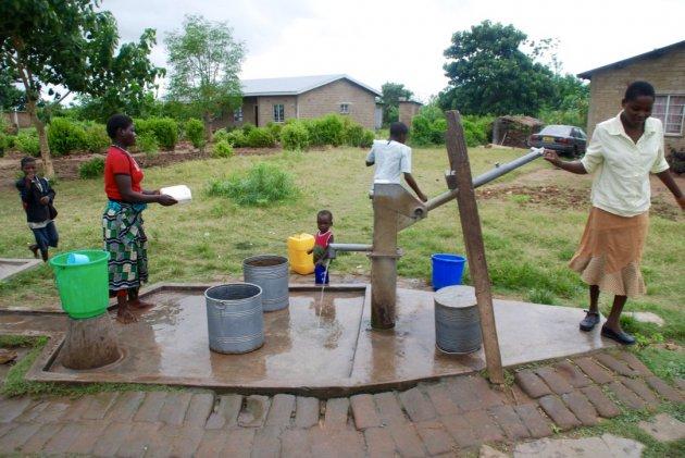Gezelligheid bij de waterpomp