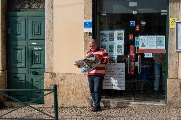 Krantje lezen op de straat in Lissabon