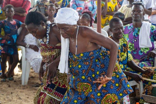 Jong en oud danst op het Voodo festival