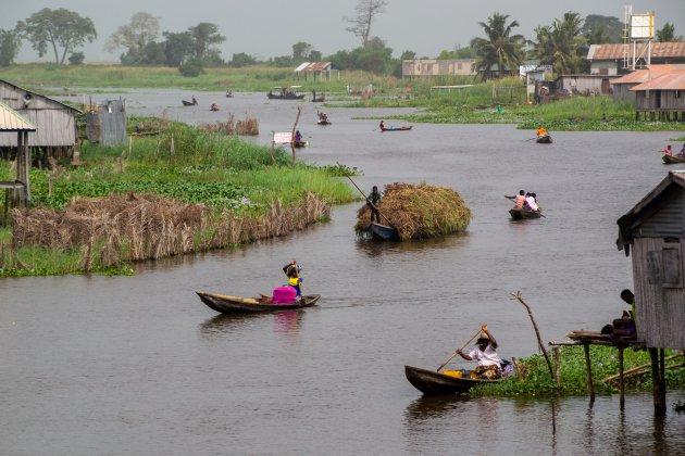 Druk waterverkeer in Ganvié