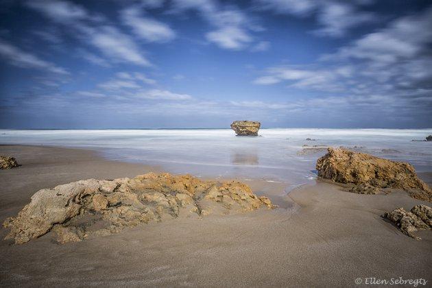 De eerste rotspartijen aan de kust