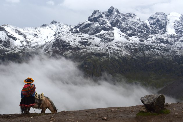 Lokale inwoonster in de Andes van Perú