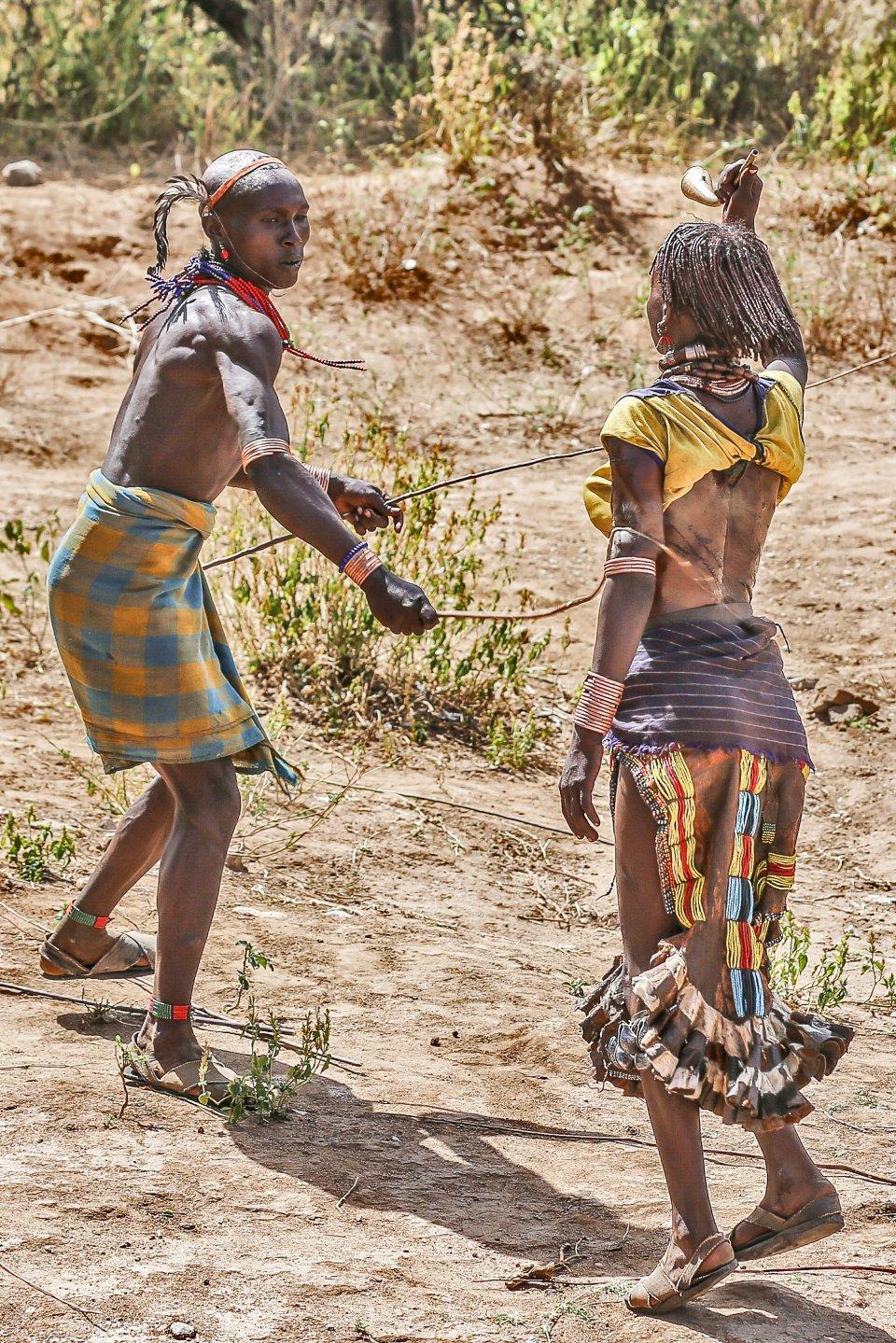Hamar-vrouw tijdens bull jump ceremonie, Ethiopië