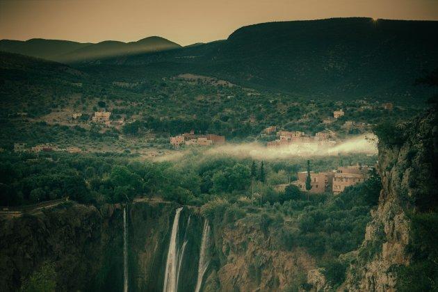Laag hangende wolken boven Ouzoud