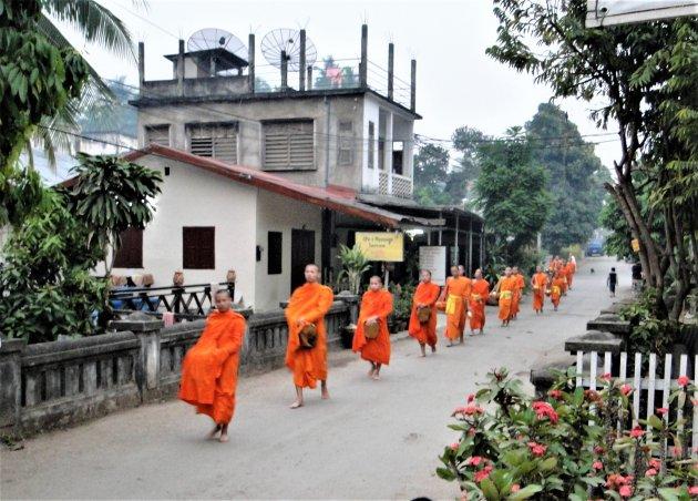 Monniken op bedelroute.