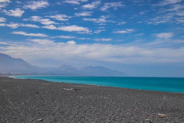 Zon, zee, uh...zwart strand?!!