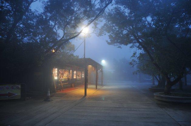 De invallende avond bij het Po Lin klooster