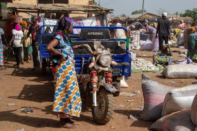 Levendige markt met veel yam