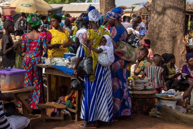 Winkelende dames op de markt