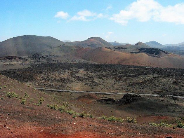 Desolaat maanlandschap met veel kleur