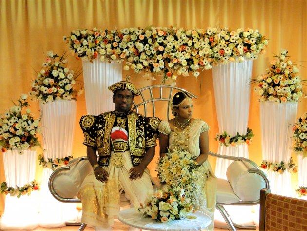 Bruidspaar in traditionele kleding.
