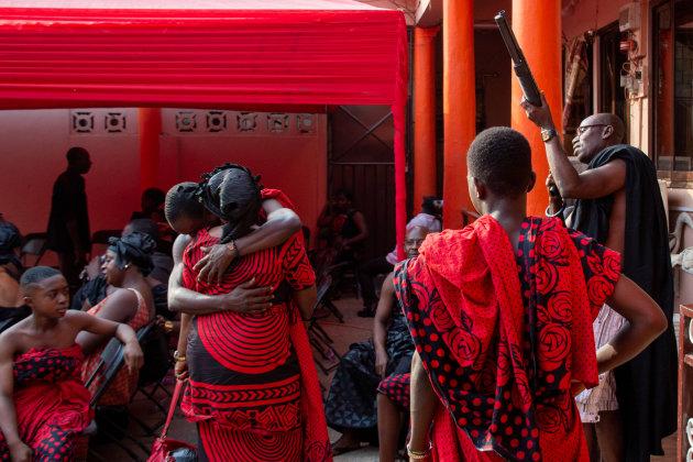 Begrafenis in Kumasi - veel ceremonieel vertoon bij komst chief