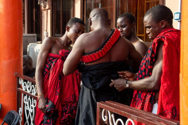 Begrafenis in Kumasi - veel ceremonieel vertoon bij komst chief (2)