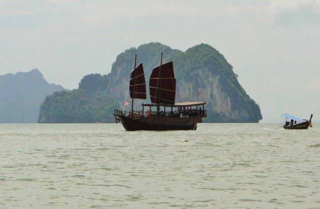 Een Jonk op de Phang nga baai