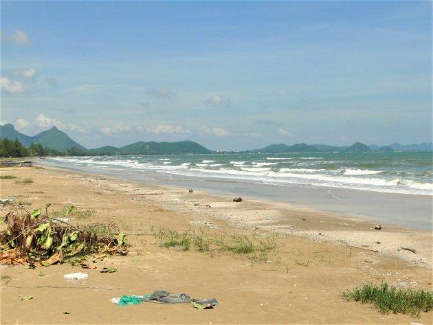 Ook plastic troep op de mooie stranden van Thailand.